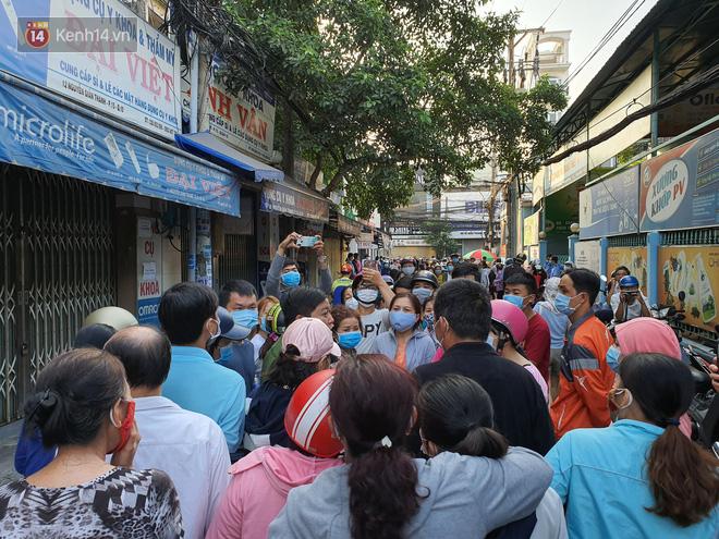 Ảnh: Vạ vật xếp hàng dài cả cây số từ sáng sớm để mua khẩu trang vẫn không được, người Sài Gòn ngán ngẩm ra về - Ảnh 14