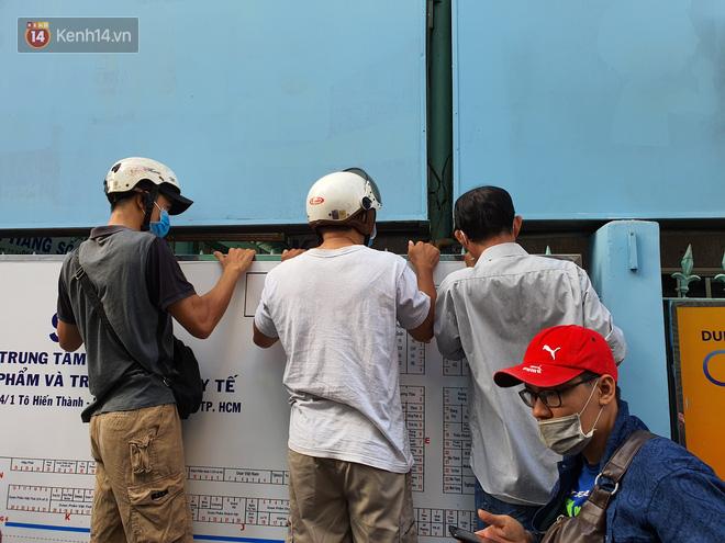 Ảnh: Vạ vật xếp hàng dài cả cây số từ sáng sớm để mua khẩu trang vẫn không được, người Sài Gòn ngán ngẩm ra về - Ảnh 16
