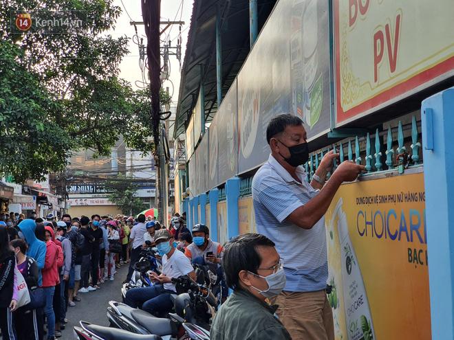 Ảnh: Vạ vật xếp hàng dài cả cây số từ sáng sớm để mua khẩu trang vẫn không được, người Sài Gòn ngán ngẩm ra về - Ảnh 17
