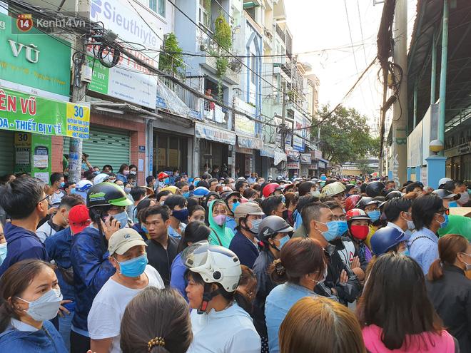 Ảnh: Vạ vật xếp hàng dài cả cây số từ sáng sớm để mua khẩu trang vẫn không được, người Sài Gòn ngán ngẩm ra về - Ảnh 18