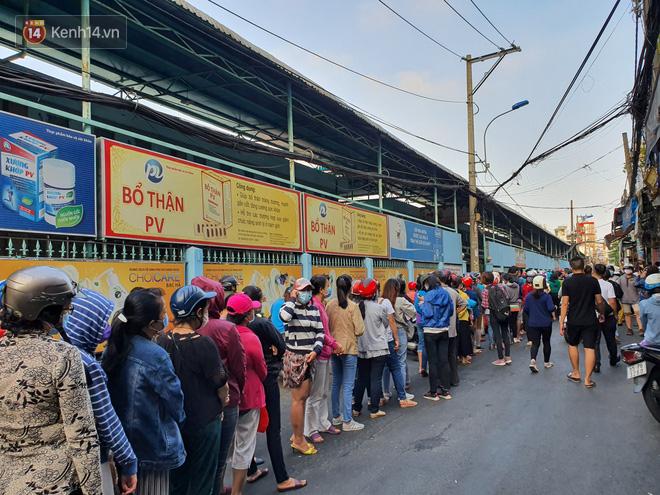 Ảnh: Vạ vật xếp hàng dài cả cây số từ sáng sớm để mua khẩu trang vẫn không được, người Sài Gòn ngán ngẩm ra về - Ảnh 2