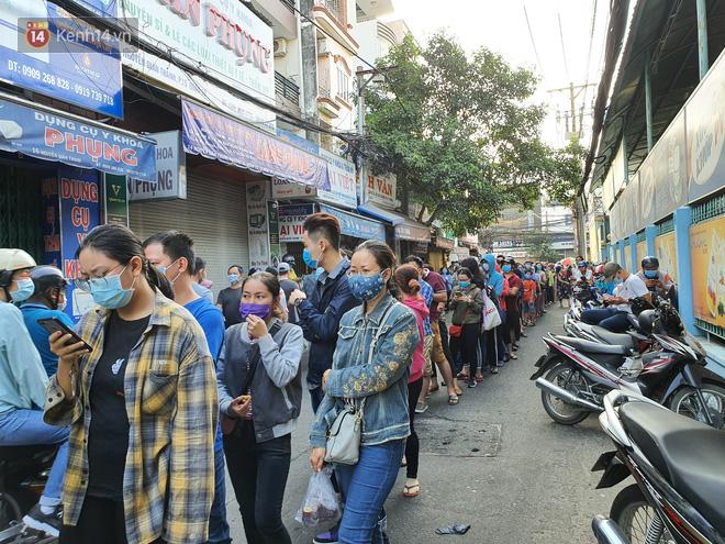 Ảnh: Vạ vật xếp hàng dài cả cây số từ sáng sớm để mua khẩu trang vẫn không được, người Sài Gòn ngán ngẩm ra về - Ảnh 3