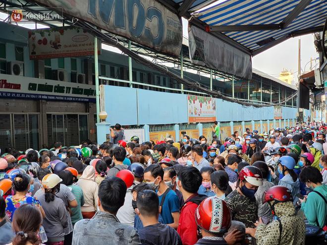 Ảnh: Vạ vật xếp hàng dài cả cây số từ sáng sớm để mua khẩu trang vẫn không được, người Sài Gòn ngán ngẩm ra về - Ảnh 4