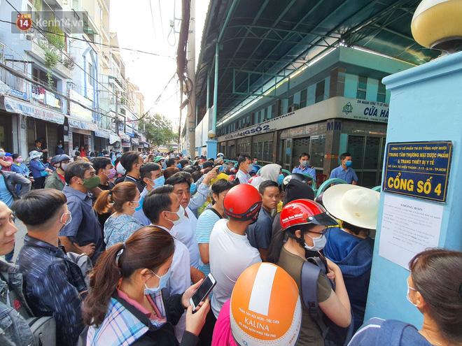 Ảnh: Vạ vật xếp hàng dài cả cây số từ sáng sớm để mua khẩu trang vẫn không được, người Sài Gòn ngán ngẩm ra về - Ảnh 5