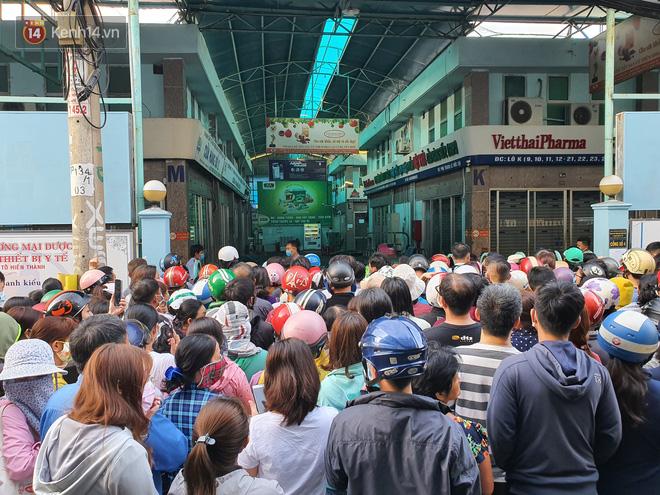 Ảnh: Vạ vật xếp hàng dài cả cây số từ sáng sớm để mua khẩu trang vẫn không được, người Sài Gòn ngán ngẩm ra về - Ảnh 6