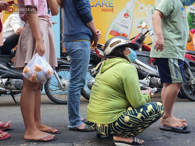 Ảnh: Vạ vật xếp hàng dài cả cây số từ sáng sớm để mua khẩu trang vẫn không được, người Sài Gòn ngán ngẩm ra về - Ảnh 7