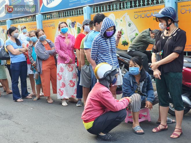 Ảnh: Vạ vật xếp hàng dài cả cây số từ sáng sớm để mua khẩu trang vẫn không được, người Sài Gòn ngán ngẩm ra về - Ảnh 8