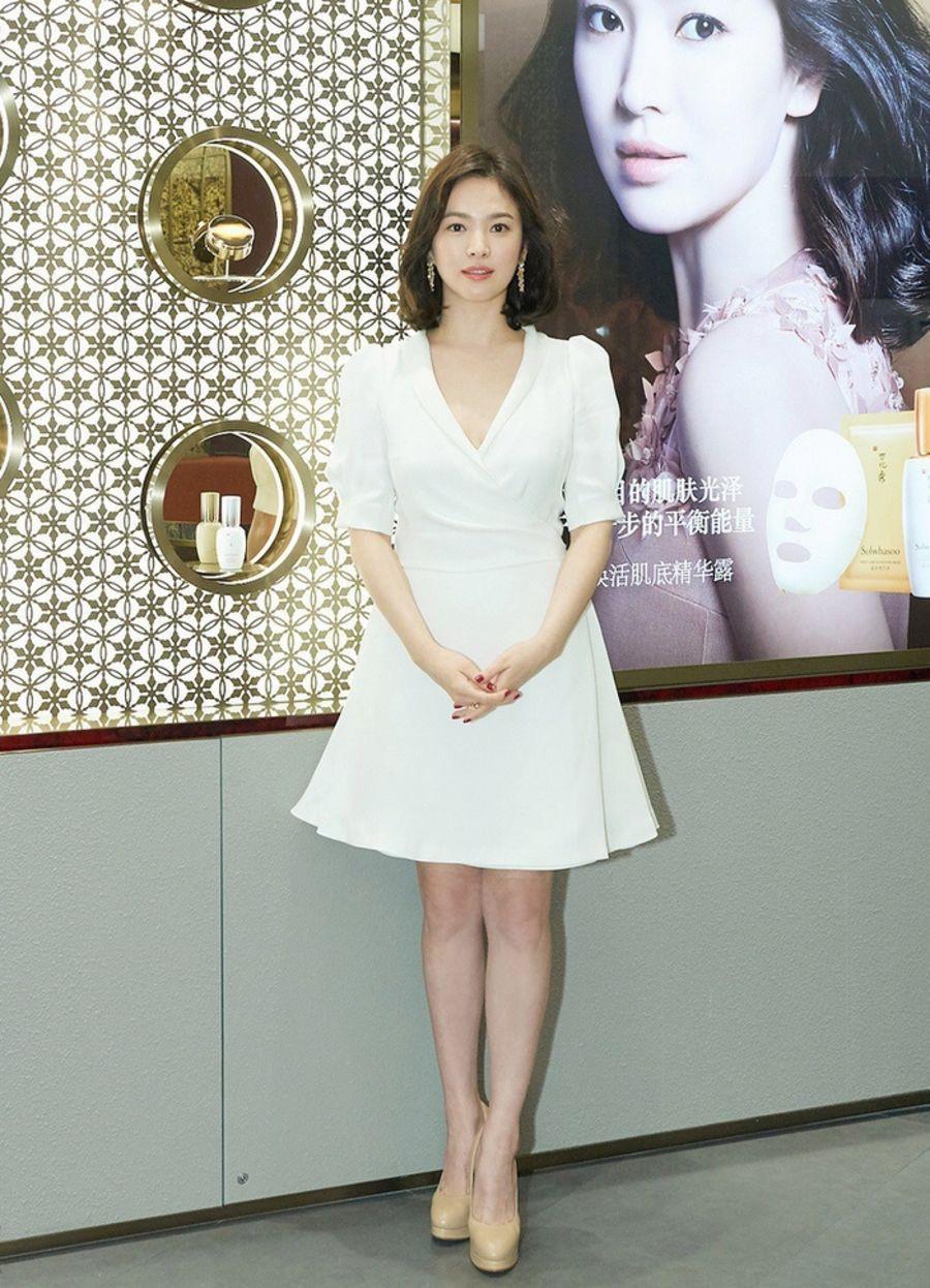 Học Song Hye Kyo 3 'bí kíp' chọn váy này, cô nàng 'nấm lùn' trông cao lên cả chục centimet, vóc dáng lại thon gọn bất ngờ - Ảnh 1