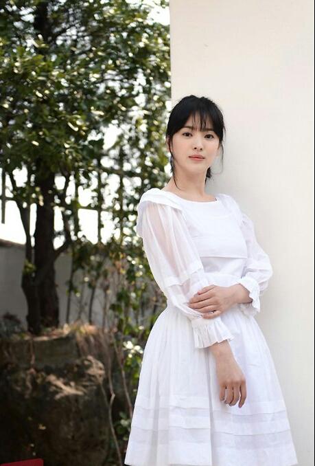 Học Song Hye Kyo 3 'bí kíp' chọn váy này, cô nàng 'nấm lùn' trông cao lên cả chục centimet, vóc dáng lại thon gọn bất ngờ - Ảnh 4