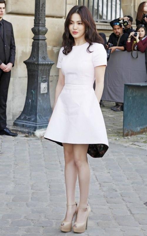Học Song Hye Kyo 3 'bí kíp' chọn váy này, cô nàng 'nấm lùn' trông cao lên cả chục centimet, vóc dáng lại thon gọn bất ngờ - Ảnh 7