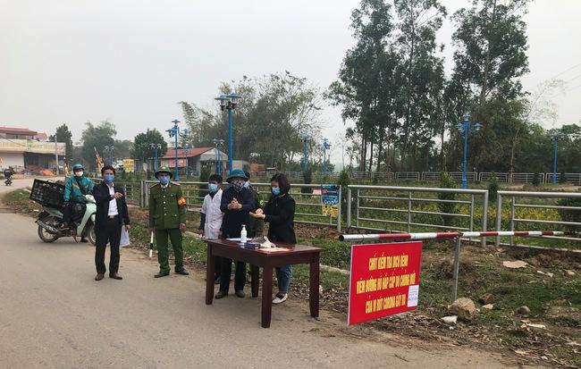 Vận động 192 công dân rời khỏi 'tâm dịch' Sơn Lôi quay về cách ly - Ảnh 1