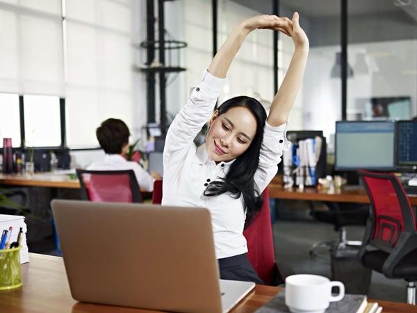 Đây là những thói quen xấu dân văn phòng hay mắc phải khiến sức khỏe sa sút, bệnh tật quanh năm - Ảnh 1