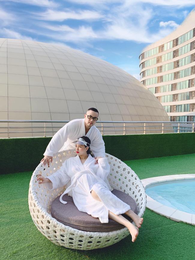 Chị dâu Bảo Thy ôm bụng bầu tình tứ bên ông xã, nhưng bức ảnh trang điểm bên bể bơi mới hút sự chú ý - Ảnh 2