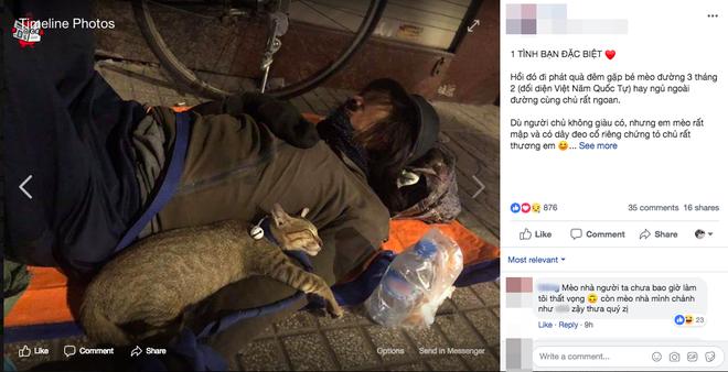Chú mèo nhỏ nằm ngủ ngon lành trong vòng tay người đàn ông lang thang trên vỉa hè khiến nhiều người thương cảm - Ảnh 1