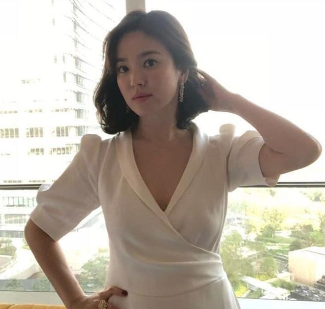 Chỉ trung thành với giày màu nude, nhưng hóa ra đây là cách mà Song Hye Kyo diện đẹp mọi bộ đồ - Ảnh 2