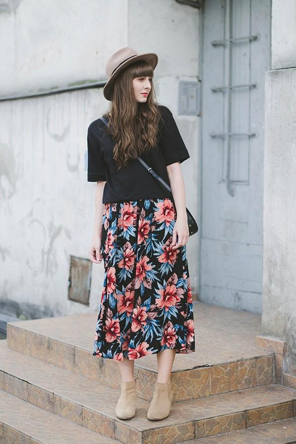 1 chiếc váy hoa dài qua gối - 8 cách phối đồ cực điệu đà, nữ tính giúp nàng đùi to che khuyết điểm - Ảnh 2