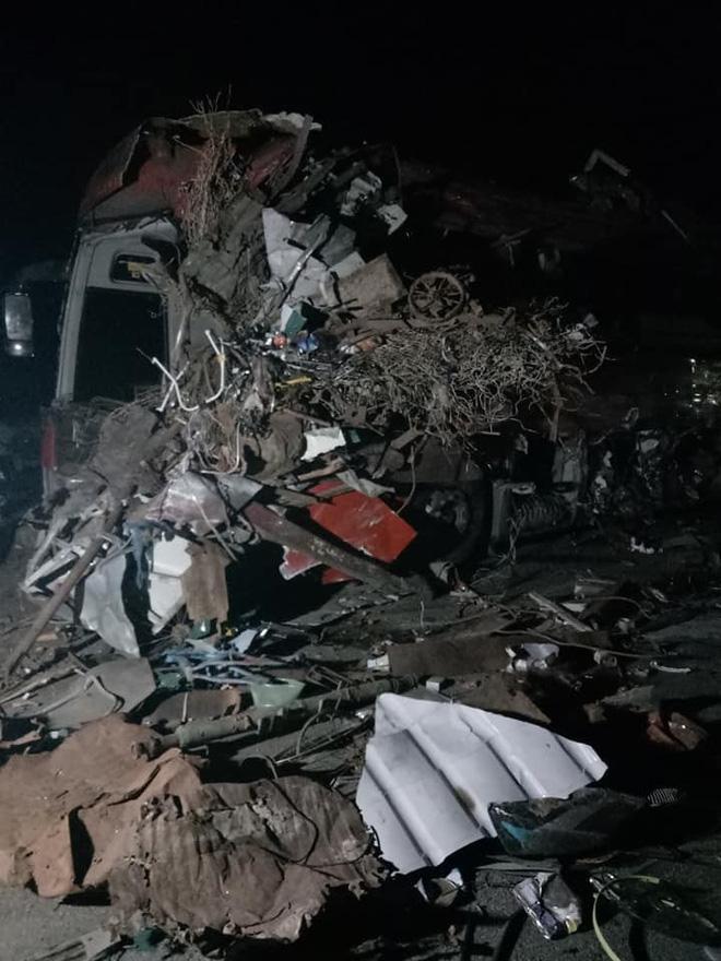 Hiện trường ám ảnh trong vụ tai nạn kinh hoàng ở Hòa Bình: Hé lộ danh tính các nạn nhân - Ảnh 1