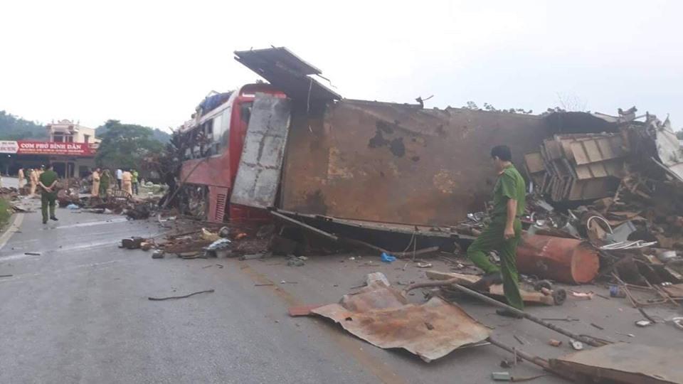 Hiện trường ám ảnh trong vụ tai nạn kinh hoàng ở Hòa Bình: Hé lộ danh tính các nạn nhân - Ảnh 15