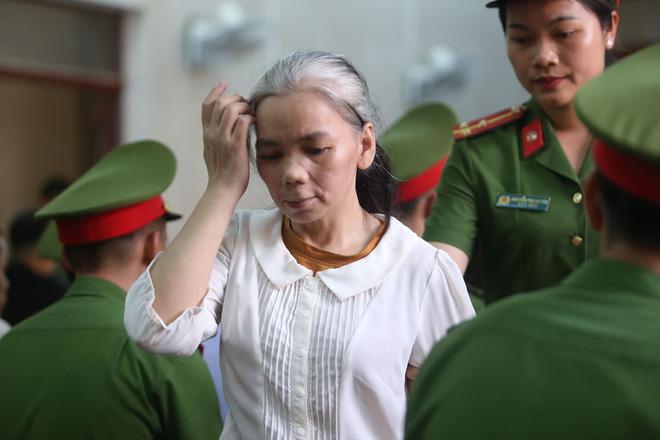 9 bị cáo trong vụ sát hại nữ sinh Cao Mỹ Duyên: Vợ chồng Công - Thu kẻ gầy hốc hác, người hóa bà lão tóc bạc - Ảnh 6