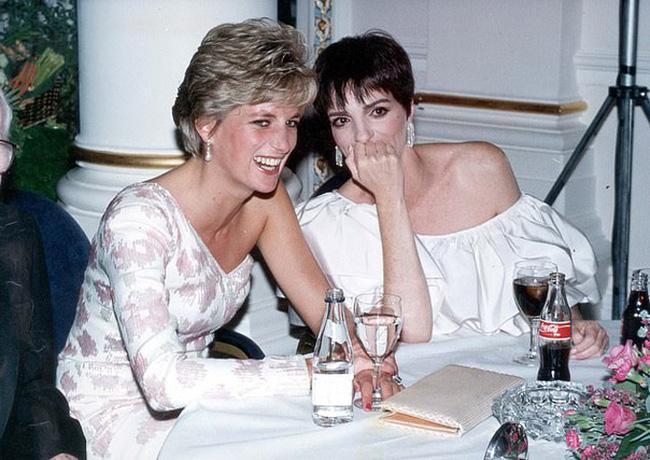 Bạn thân của Công nương Diana lên tiếng chối bỏ việc giúp đỡ vợ chồng Meghan Markle ở Mỹ khiến cặp đôi xấu hổ - Ảnh 1