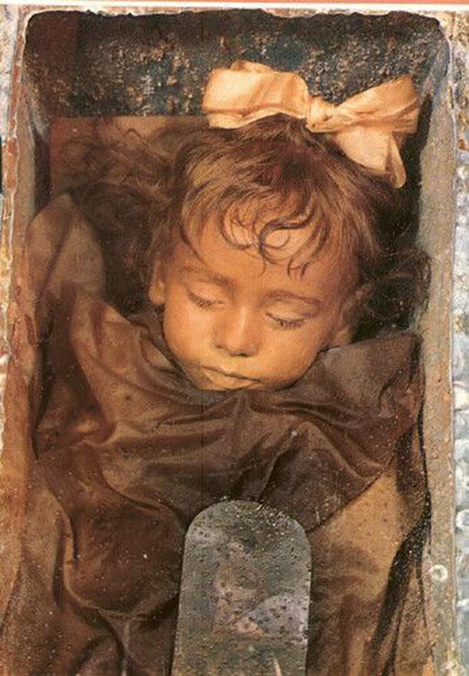 Bí ẩn xác ướp bé gái xinh xắn được ví như phiên bản thật của 'Công chúa ngủ trong rừng', 100 năm tuổi vẫn còn chớp mắt - Ảnh 1