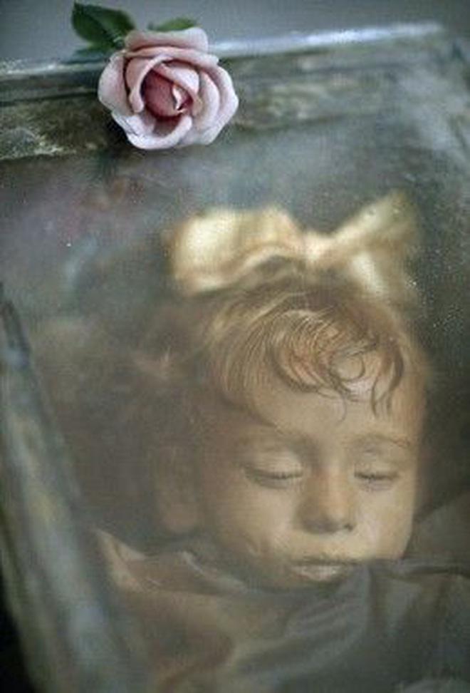 Bí ẩn xác ướp bé gái xinh xắn được ví như phiên bản thật của 'Công chúa ngủ trong rừng', 100 năm tuổi vẫn còn chớp mắt - Ảnh 3