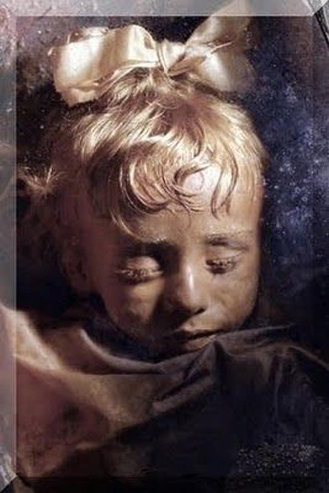 Bí ẩn xác ướp bé gái xinh xắn được ví như phiên bản thật của 'Công chúa ngủ trong rừng', 100 năm tuổi vẫn còn chớp mắt - Ảnh 4