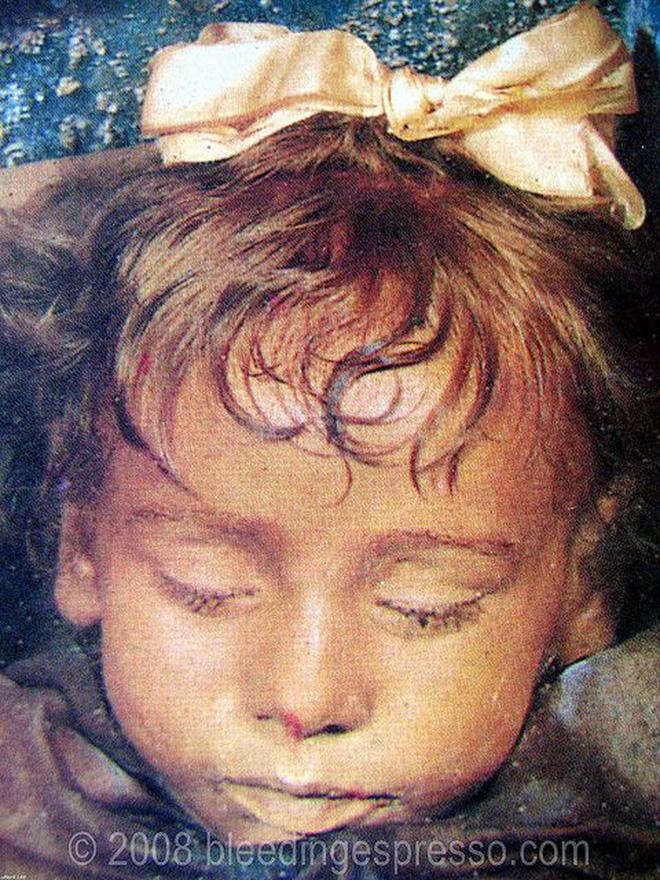 Bí ẩn xác ướp bé gái xinh xắn được ví như phiên bản thật của 'Công chúa ngủ trong rừng', 100 năm tuổi vẫn còn chớp mắt - Ảnh 2