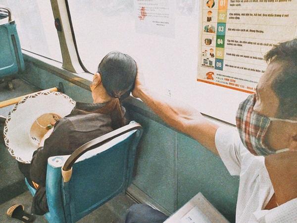 Bị bà xã giận vùng vằng đuổi đi, ông chú vẫn kiên nhẫn dùng tay đỡ đầu cho vợ ngủ rồi trách móc dễ thương: 'Đập đầu đau xong lại chửi mình' - Ảnh 2