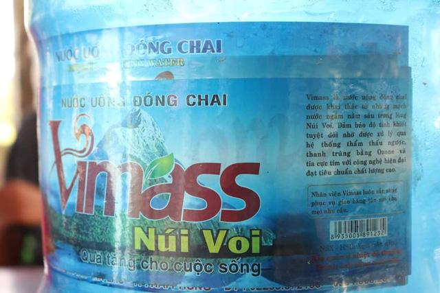 Lấy trực tiếp nước từ mương nước thải sinh hoạt để sản xuất nước uống đóng bình - Ảnh 1
