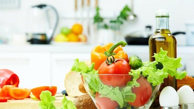 Tỏi, cà chua, bông cải xanh là những thực phẩm tốt cho sức khỏe, nhưng nếu chế biến và ăn sai cách thế này thì chẳng còn dinh dưỡng nữa - Ảnh 1