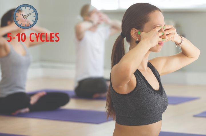 6 bài tập yoga chỉ cần ngồi hít thở, không vận động hay ăn kiêng, mỡ bụng cũng giảm hết giúp eo thon như Ngọc Trinh - Ảnh 6