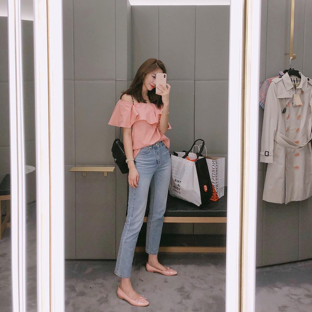 Đừng nghĩ mặc jeans là không điệu được, cứ nhìn các nàng blogger lên đồ cực xinh qua 15 set đồ này sẽ biết ngay - Ảnh 10