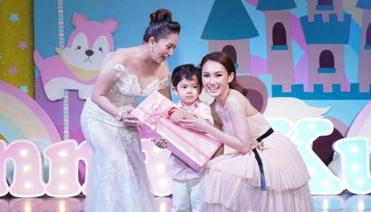 Lộ điểm đặc biệt hiếm thấy xuất hiện trong tiệc đầy tháng con gái Khánh Thi - Phan Hiển - Ảnh 7