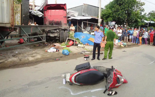 Khoảnh khắc kinh hoàng: Xe container mất lái đâm vào nhà dân khiến 6 người thương vong - Ảnh 2