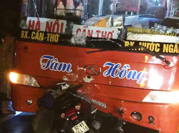 Xe máy đâm trúng ô tô khách khi chạy trên quốc lộ, mẹ cùng con gái 5 tuổi tử vong thương tâm - Ảnh 1