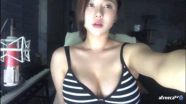 Bị fan nghi ngờ về việc 'hack cheat vòng một', nữ streamer xinh đẹp livestream luôn cảnh vào bệnh viện chứng thực ngực tự nhiên - Ảnh 7