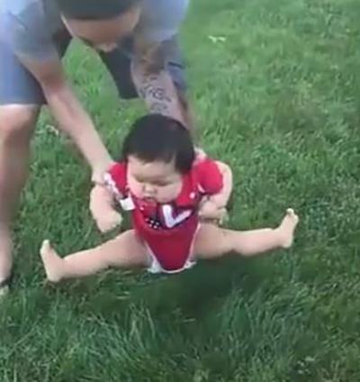 Bố định đặt con xuống bãi cỏ chơi, phản ứng của cô bé khiến ai nấy cười lăn cười bò - Ảnh 1