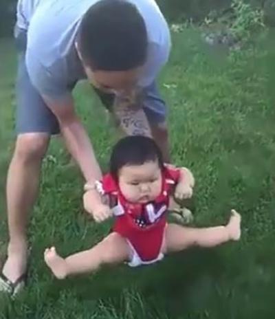 Bố định đặt con xuống bãi cỏ chơi, phản ứng của cô bé khiến ai nấy cười lăn cười bò - Ảnh 3