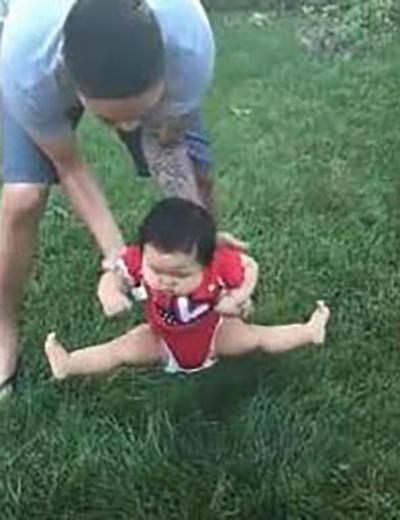 Bố định đặt con xuống bãi cỏ chơi, phản ứng của cô bé khiến ai nấy cười lăn cười bò - Ảnh 4