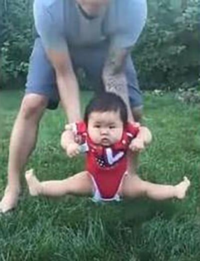 Lần đầu được ngồi lên cỏ, bé gái phản ứng cực hài khiến dân tình cười xỉu - Ảnh 2