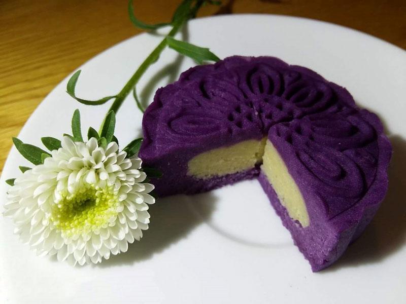 Bánh trung thu khoai lang tím nhân đậu xanh có màu sắc vô cùng bắt mắt