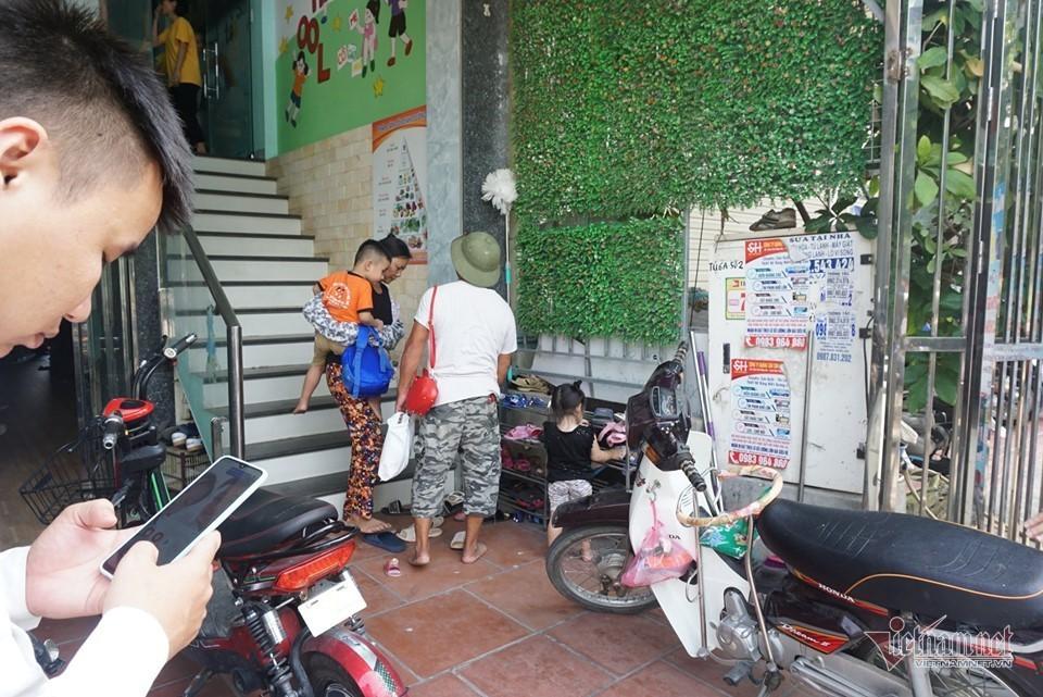 Bé 3 tuổi bị bỏ quên trên xe đưa đón ở Bắc Ninh thoát chết nhờ cửa hé 10cm - Ảnh 1