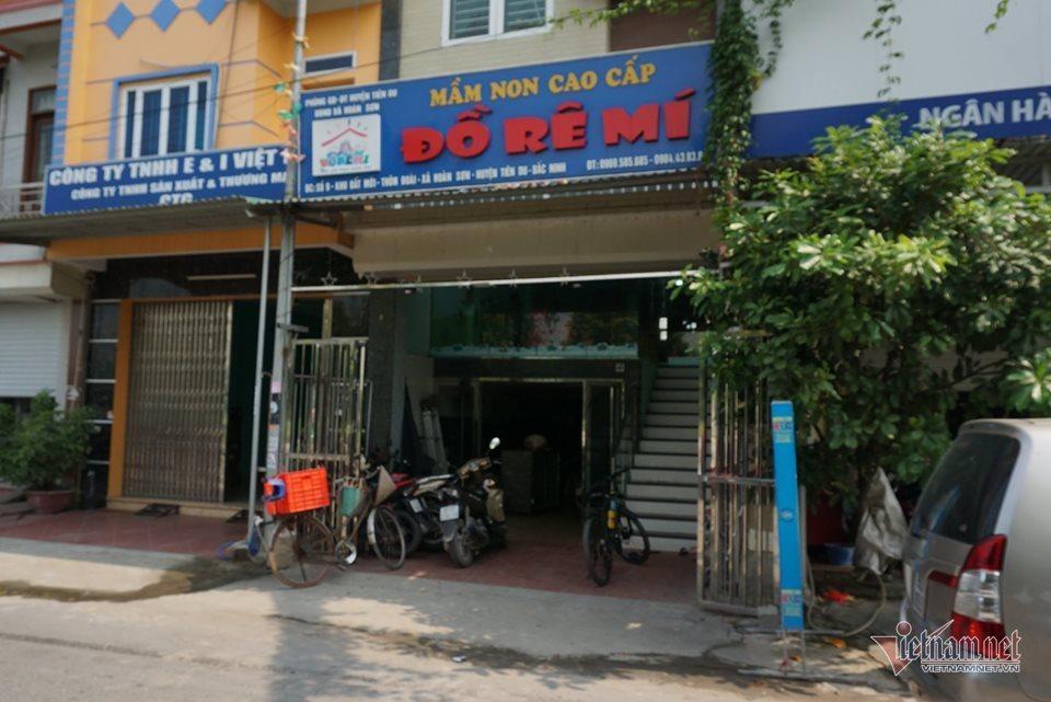 Bé 3 tuổi bị bỏ quên trên xe đưa đón ở Bắc Ninh thoát chết nhờ cửa hé 10cm - Ảnh 2