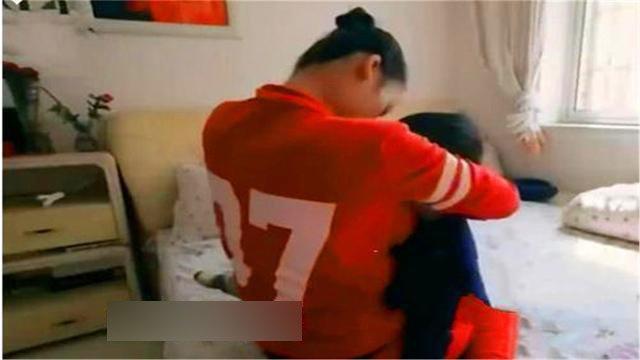 Con 7 tuổi đi học bị trường trả về vì suốt ngày khóc đòi bú mẹ - Ảnh 1