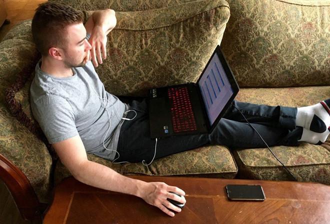Bác sĩ lý giải tin đồn để máy tính lên đùi gây vô sinh ở nam giới - Ảnh 1