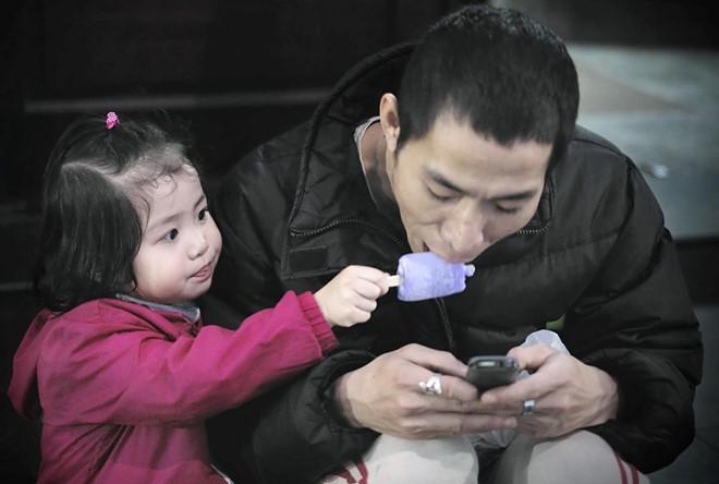 ĐỌC NGAY: Nghiên cứu cho thấy, bố mẹ mải mê lướt điện thoại, con cái sẽ có thành tích học tập kém - Ảnh 1