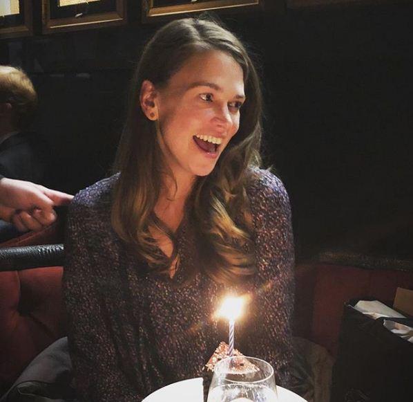 Nhờ 8 bí quyết này, làn da của nữ diễn viên 43 tuổi vẫn tươi trẻ, mịn màng như cô gái ngoài 20 dù trang điểm thường xuyên - Ảnh 3