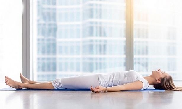 Những bài tập yoga đơn giản tại nhà giúp giữ dáng, làm đẹp da lại ngăn ngừa rụng tóc hiệu quả - Ảnh 4