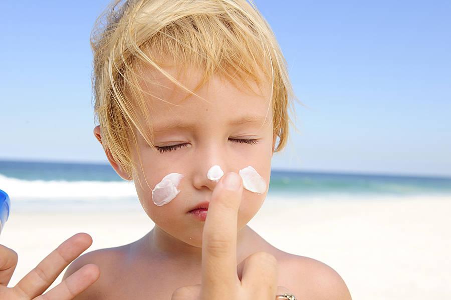 Những lưu ý các mẹ tuyệt đối cần biết khi bôi kem chống nắng cho bé để bảo vệ làn da của con - Ảnh 1